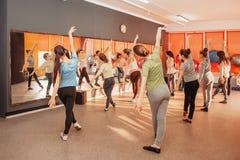 儿童健康生活方式概念-小组行使在健身房的嬉戏十几岁的女孩 免版税库存照片