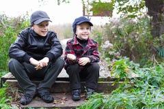 儿童兄弟愉快国家的秋天 免版税库存照片