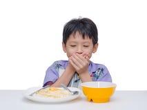 儿童关闭用手他的嘴在吃之间午餐 免版税图库摄影