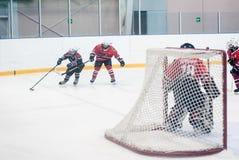 儿童冰曲棍球队比赛  免版税库存照片