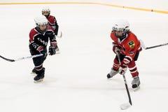 儿童冰曲棍球队比赛  免版税图库摄影