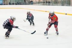 儿童冰曲棍球队比赛  图库摄影