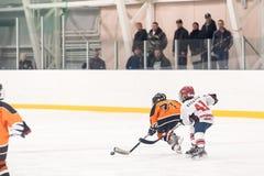 儿童冰曲棍球队比赛  库存照片