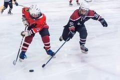 儿童冰曲棍球队比赛  免版税库存图片