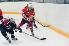 儿童冰曲棍球队比赛  库存图片