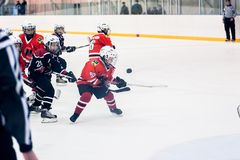 儿童冰曲棍球队的比赛片刻 库存照片