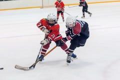 儿童冰曲棍球队的比赛片刻 库存图片