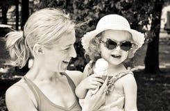 儿童冰淇凌母亲 图库摄影