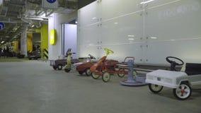 儿童减速火箭的汽车的玩具 股票视频