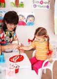 儿童凹道绘游戏室教师 免版税库存照片