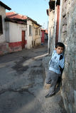 儿童前面他的房子 库存图片