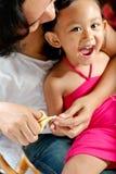 儿童剪切指甲盖母亲 免版税图库摄影