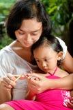 儿童剪切指甲盖母亲 免版税库存照片