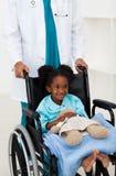 儿童医生帮助的病残 图库摄影