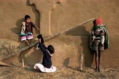 儿童印第安工具箱使用 免版税图库摄影
