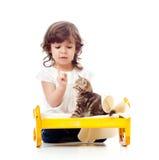 儿童卷曲女孩小猫使用 库存照片