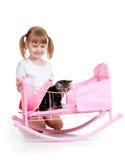 儿童卷曲女孩小猫使用 免版税库存图片