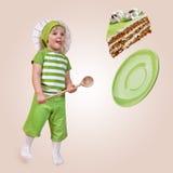 儿童厨师和甜蛋糕 免版税图库摄影