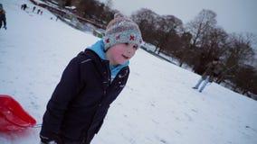 儿童去的sledding在公园 股票视频
