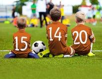 儿童参加比赛的足球队员 孩子的橄榄球赛 Youn 免版税库存照片