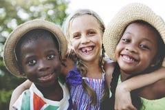 儿童友谊统一性微笑的幸福概念 免版税库存图片