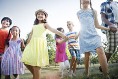 儿童友谊统一性微笑的幸福概念 免版税库存照片