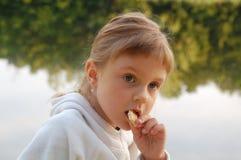 儿童吃室外 免版税库存图片
