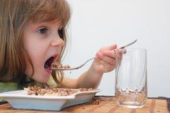 儿童吃 免版税图库摄影