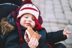 儿童吃Trdlo或Trdelnik -传统全国捷克Swee 免版税库存图片