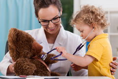儿童听诊的玩具熊 免版税图库摄影