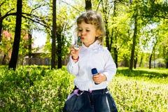 儿童吹的肥皂泡。 免版税库存图片