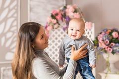 儿童和小孩概念-看对照相机的好奇逗人喜爱的婴孩 库存图片