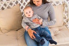 儿童和小孩概念-看对照相机的好奇婴孩 库存图片