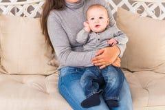 儿童和小孩概念-看对照相机的好奇婴孩 图库摄影