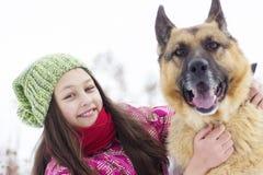儿童和狗牧羊人 免版税图库摄影