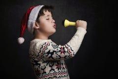 儿童唱歌圣诞颂歌 库存图片