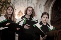 儿童唱诗班的成员在圣迈克尔教会唱歌 库存照片