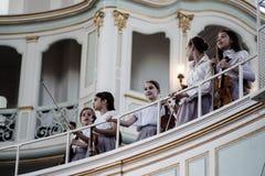 儿童唱诗班的成员在圣迈克尔教会唱歌 免版税库存照片