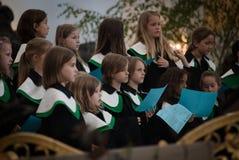 儿童唱诗班的成员在圣迈克尔教会唱歌 图库摄影
