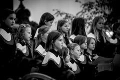 儿童唱诗班的成员在圣迈克尔教会唱歌 库存图片
