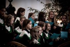 儿童唱诗班的成员在圣迈克尔教会唱歌 免版税图库摄影