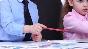 儿童商人看图的和diagravy,当讨论重要问题时 影视素材