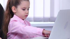 儿童商人看图的和diagravy,当讨论重要问题时 股票录像