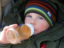 儿童喝 免版税库存图片