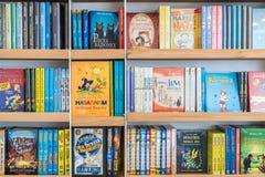 儿童图书在图书馆架子的待售 免版税库存照片