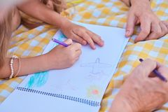 儿童图画,铅笔的手 免版税库存图片
