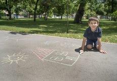 儿童图画太阳和房子沥青的 免版税库存照片