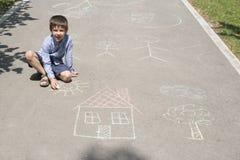 儿童图画太阳和房子asphal的 库存照片