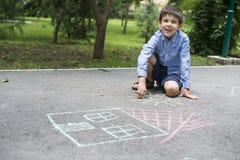 儿童图画太阳和房子asphal的 图库摄影