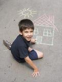 儿童图画太阳和房子asphal的 免版税库存图片